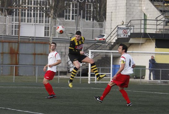 Tomás mereció el empate en este cabezazo en el minuto 20, al que respondió el portero santiagués con un paradón. Tomás lograría en la segunda mitad el gol de la victoria.